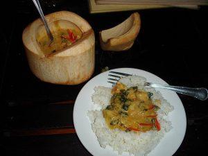 Tradicionalna jed amok servirana v sveži kokosovi lupini